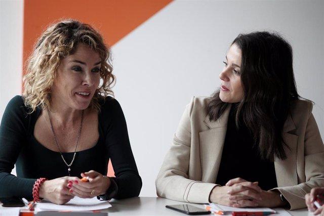 La portavoz de Ciudadanos en el Congreso, Inés Arrimadas, y la portavoz de Educación de Ciudadanos en el Congreso, Marta Martín, durante su encuentro con representantes de la escuela concertada