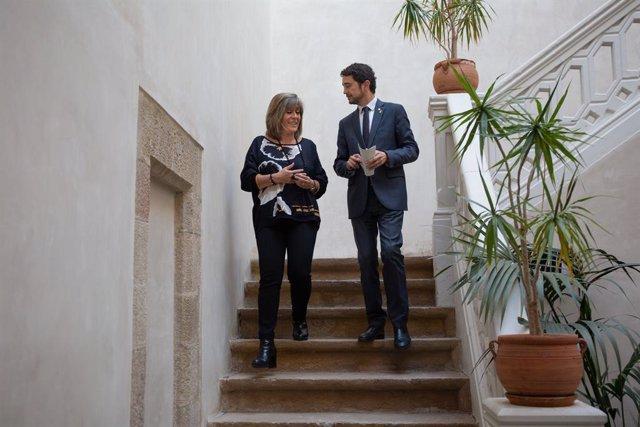 L'alcaldessa de l'Hospitalet de Llobregat, Núria Marín (e), i  el conseller de Territori i Sostenibilitat de la Generalitat, Dami Calvet (d), després de la comissió mixta entre la Generalitat i l'Ajuntament, 20 de novembre del 2019.
