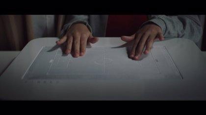 Santander lanza un dispositivo para que los invidentes sigan el fútbol con los dedos