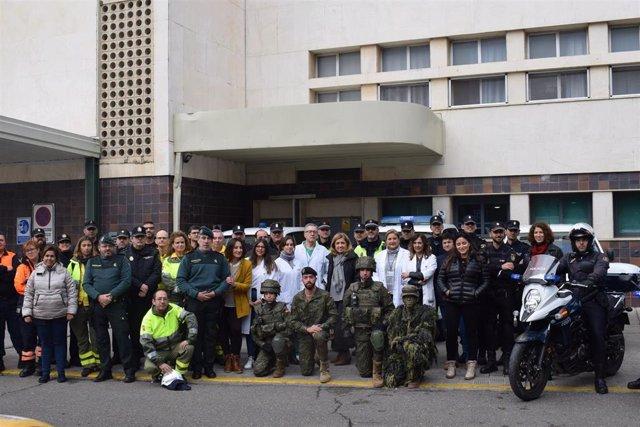 Miembros de la Asociación Sonrisas visitan a los niños del hospital