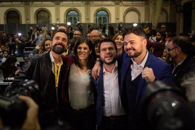 (I-D) El president del Parlament de Catalunya, Roger Torrent; la diputada al Parlament, Marta Vilalta; el vicepresident del Govern central i conseller d'Economia i Hisenda, Pere Aragonès i el diputat al Congrés dels Diputats per ERC, Gabriel Rufian.