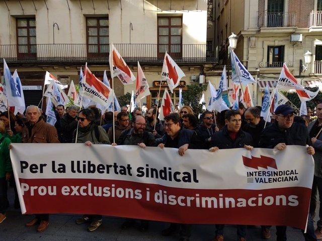 Concentració de la Intersindical a les portes del Palau de la Generalitat.