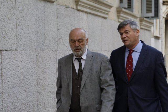 El juez que instruye el 'Caso Cursach', Miguel Florit (1i), durante su llegada a los juzgados para declarar por la incautación y el rastreo de móviles de periodistas que cubrían la macrocausa de corrupción policial.