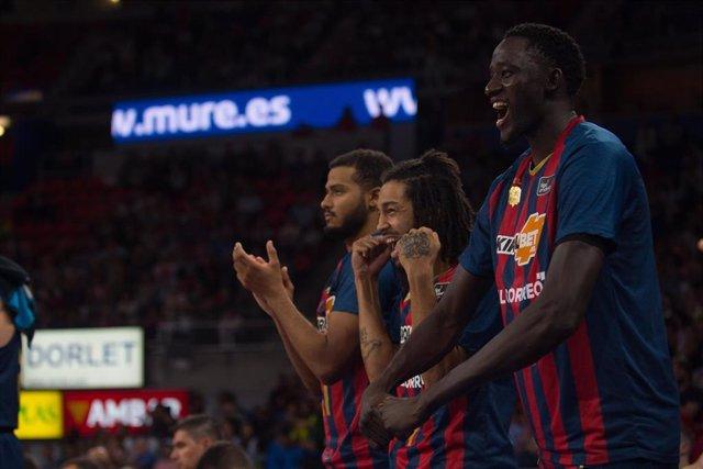 Los jugadores del Kirolbet Baskonia celebran una canasta