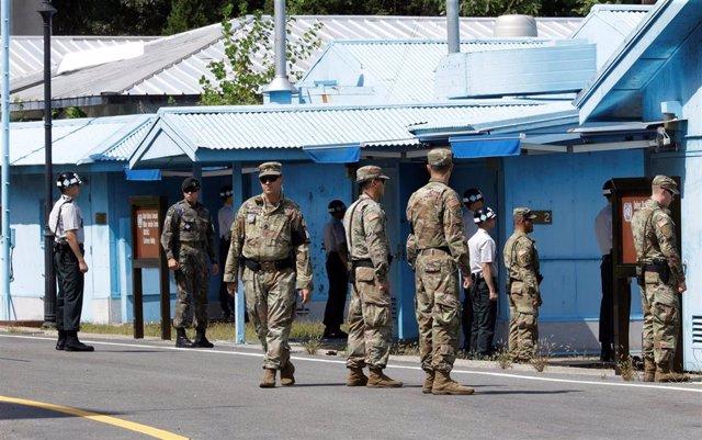Militares surcoreanos y estadounidenses hacen guardia en Panmunjom en la zona desmilitarizada de Corea