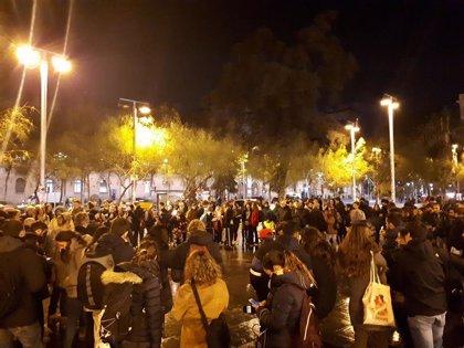 La Guardia Urbana desaloja a los acampados en la plaza Sant Jaume de Barcelona