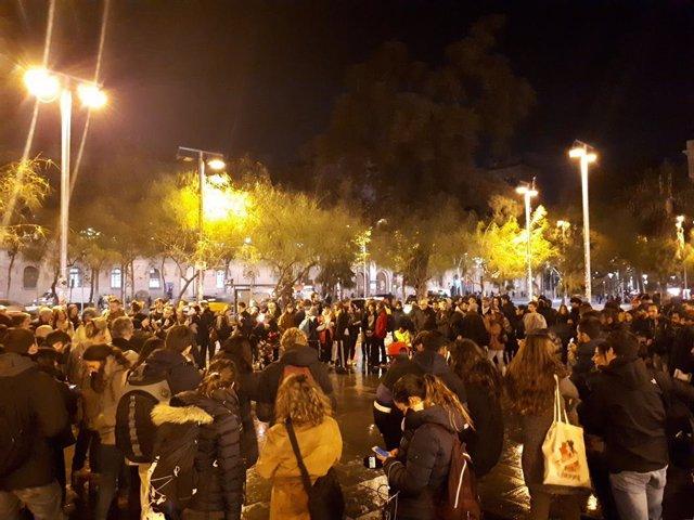 Els acampats de la plaça Universitat traslladen l'assemblea a la plaça de Sant Jaume