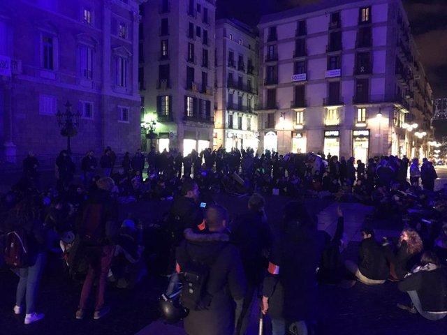 Assemblea a la plaça de Sant Jaume dels joves que van acampar a la plaça Universitat de Barcelona.