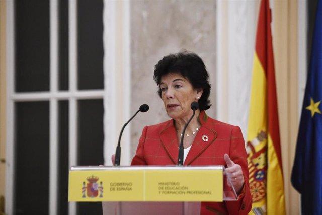 La portavoz del Goibierno y ministra de Educación y Formación Profesional en funciones, Isabel Celaá, durante su intervención en el recibimiento a los estudiantes premiados en las Olimpiadas Científicas, en Madrid (España), a 18 de noviembre de 2019.