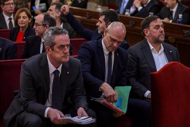 Els líders independentistes, l'exvicepresident de la Generalitat Oriol Junqueras (d); l'exconseller d'Afers Exteriors Raül Romeva (c) i l'exconseller d'Interior Joaquim Forn (e), amb la resta dels acusats pel procés sobiranista.