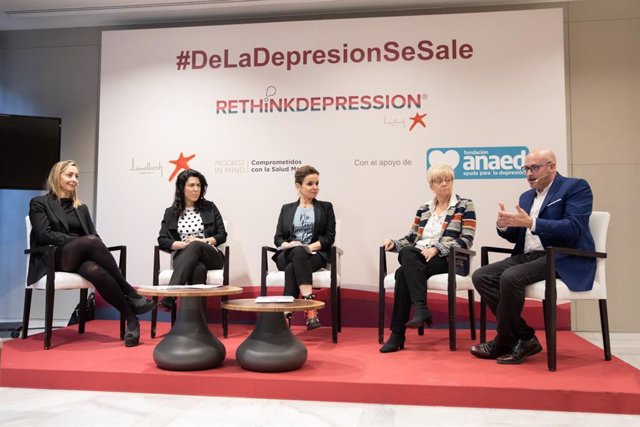 De izquierda a derecha: Sara Montero, de Lundbeck; la psiquiatra Elena ros; la periodista Carme Chaparro; la médico de familia Julia Caballer, y el coordinador de la fundación ANAED, José Ramón Pages.