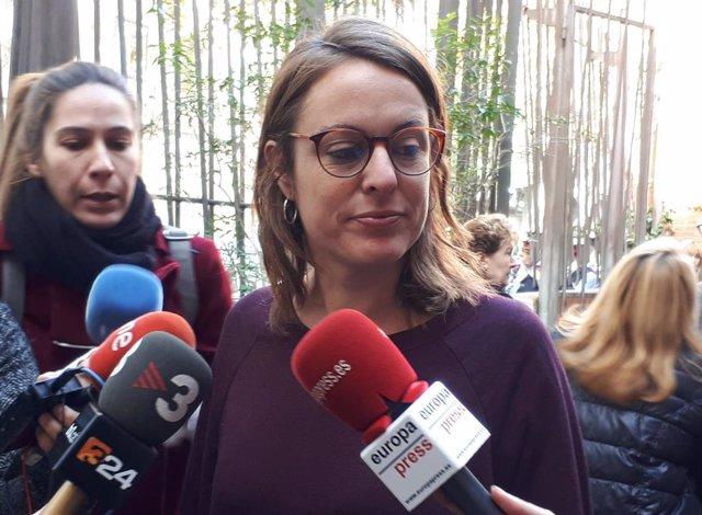La cap de llista de la CUP al Congrés, Mireia Vehí, en declaracions als mitjans al Consell de Cent de Barcelona.