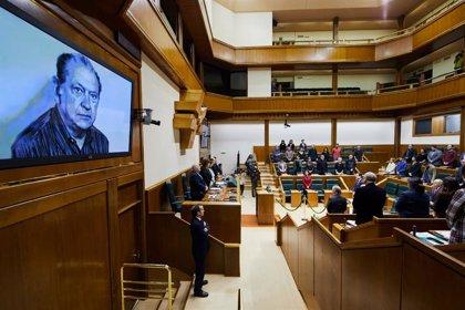 El Parlamento Vasco recuerda al parlamentario de HB Santiago Brouard, asesinado por los GAL en 1984
