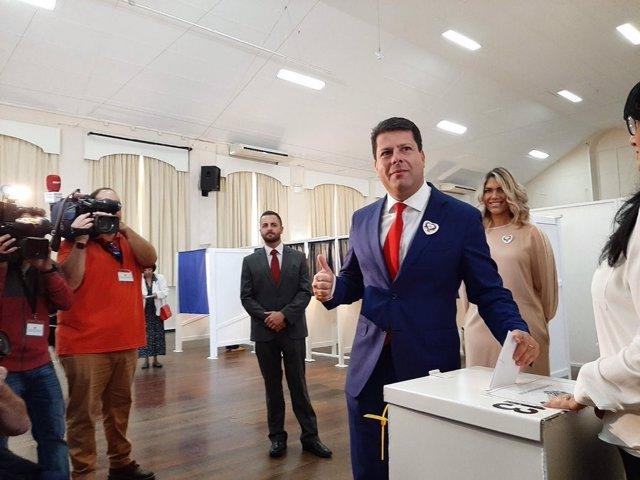 Fabian Picardo votan en las elecciones de Gibraltar 2019
