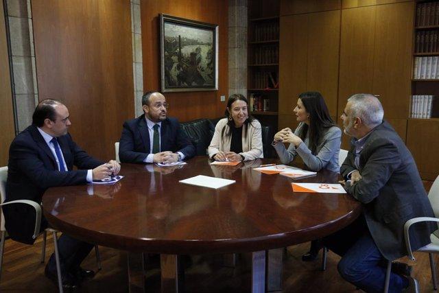 Reunió PP-Cs al Parlament amb Lorena Roldán, Carlos Carrizosa, Marina Bravo (Cs), Alejandro Fernández i Daniel Serrano (PP).