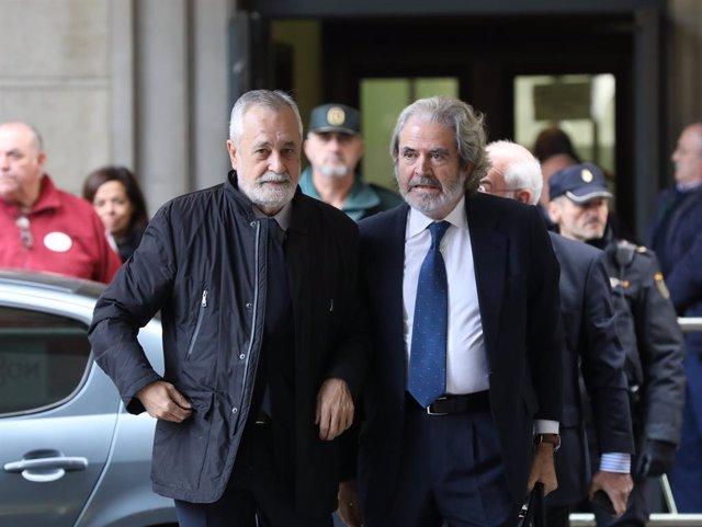 L'expresident de la Junta d'Andalusia, José Antonio Griñán (c), arriba al judici del cas ERO a l'Audiciencia Provincial.  Sevilla, 19 de novembre del 2019.