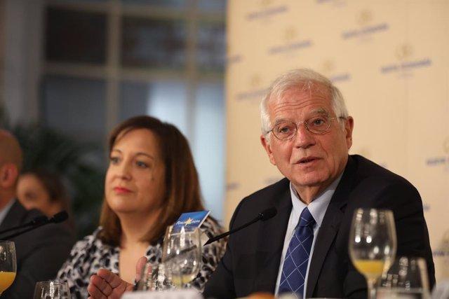La presidenta del Grup de l'Aliança Progressista de Socialistes i Demòcrates al Parlament Europeu, Iratxe García (i) i el ministre d'Afers Exteriors, Unió Europea i Cooperació en funcions, Josep Borrell (d)