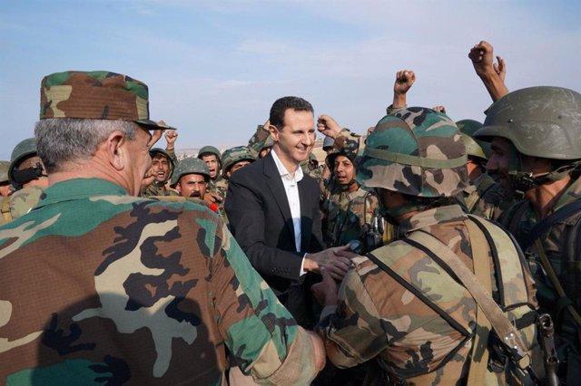 El presidente sirio, Bashar al Assad, con militares
