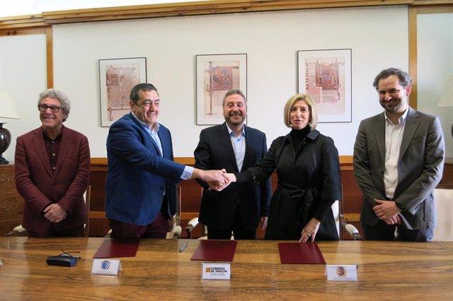 En el centro, el consejero José Luis Soro con los alcaldes de Épila y Pedrola.