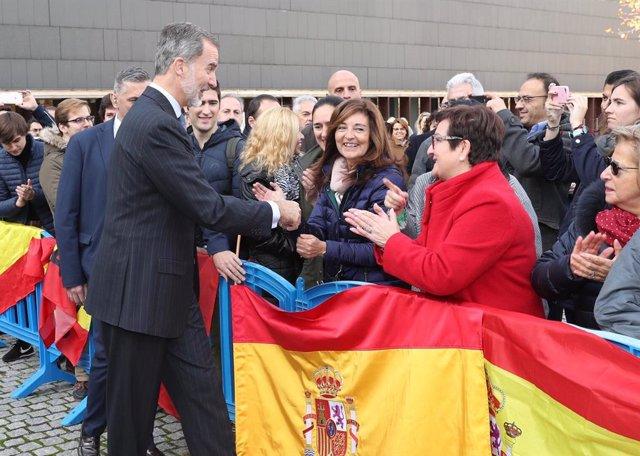 El Rey Felipe VI a la salida de sus actos saluda a varias personas que se encuentran en la calle, en Pamplona (España), a 19 de noviembre de 2019.