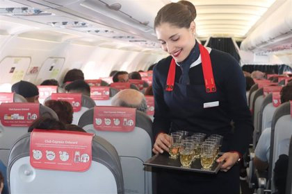 Iberia Express sorprende a los pasajeros de un vuelo Madrid-Lanzarote con una cata de productos de la isla