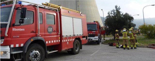 Bomberos durante el simulacro anual de emergencia en Ascó (Tarragona)