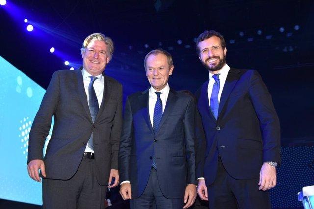 El líder del PP, Pablo Casado, junto al secretario general del PPE, Antonio López-Istúriz, y el presidente del PPE y exprimer ministro polaco, Donald Tusk.