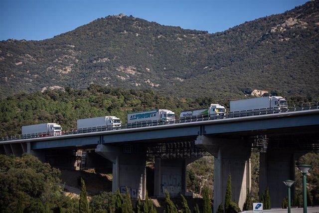 Diversos camions en el tall a la carretera de la N-II per un grup de manifestants, en una acció convocada per Tsunami Democrtic, a La Jonquera /Girona /Catalunya (Espanya), a 12 de novembre del 2019.