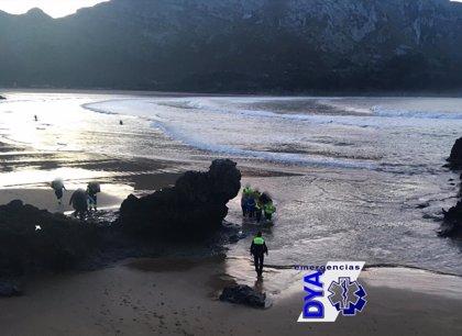 Evacuado en estado crítico un surfista navarro tras desplomarse en la playa de Islares