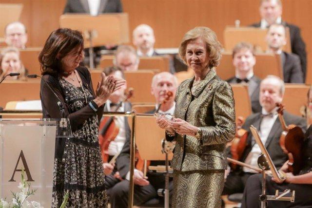 La Reina Doña Sofía recibe el  'Premio Extraordinario 60 Aniversario' de Manos Unidas de su presidenta, Clara Pardo, durante la clausura de los actos del 60 aniversario de la ONG, en Madrid a 21 de noviembre de 2019.