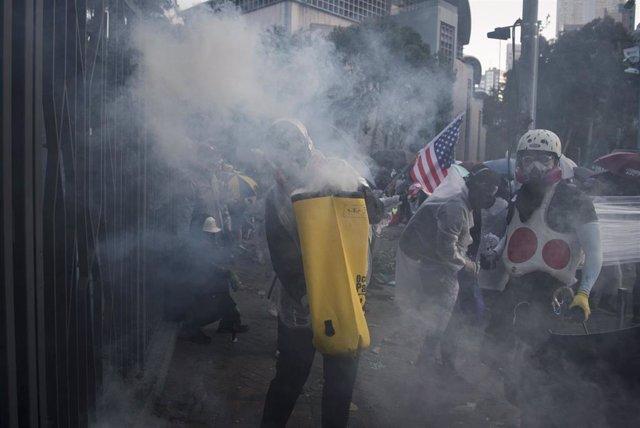 Estudiantes se enfrentan a las fuerzas de seguridad afuera de la Universidad Politécnica en Hong Kong