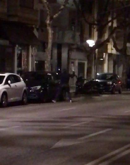 Detienen a un joven sorprendido cuando golpeaba con una piedra la ventana de un coche en Palma