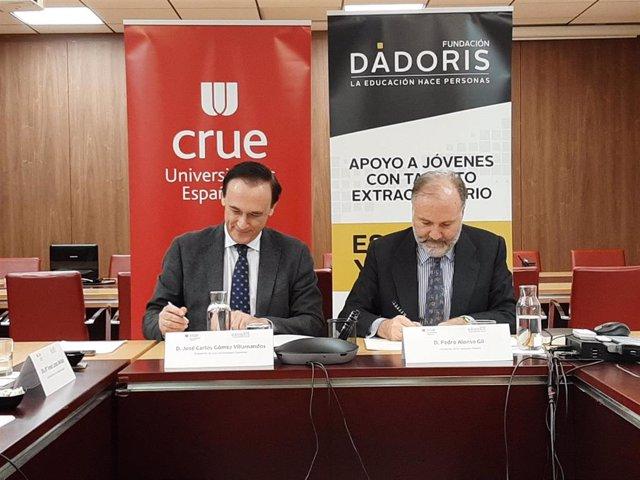 El presidente de CRUE, José Carlos Gómez Villamandos, y el presidente de Fundación Dádoris, Pedro Alonso, en la firma del convenio.