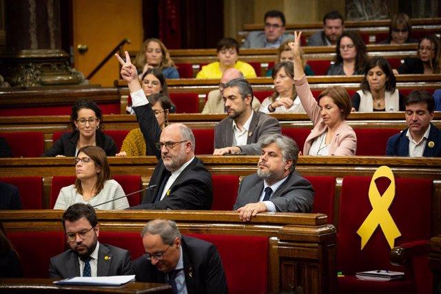 Escons de JxCat i ERC durant una votació en el ple del Parlament