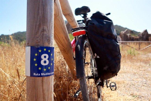 La Junta de Andalucía señalizará 166 kilómetros de la ruta cicloturística 'EuroVelo8' en Cádiz y Almería.