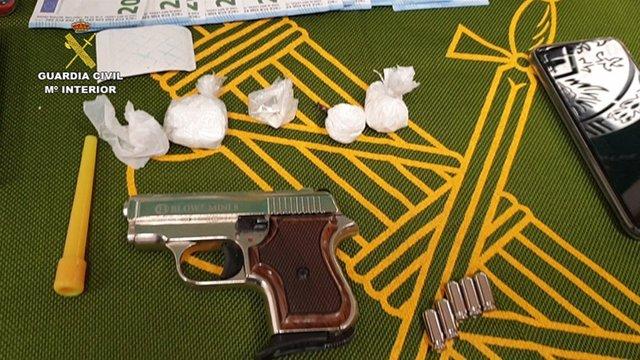 Droga y arma intervenida