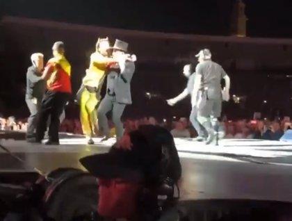 VÍDEO: Bono media entre el equipo de seguridad y un fan que se coló en el escenario en pleno concierto de U2