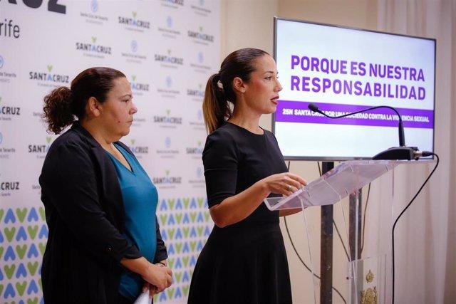 La alcaldesa de Santa Cruz de Tenerife, Patricia Hernández, acompañada por la concejal de Igualdad, Ana Delia Darias, en la presentación de la campaña de apoyo a las víctimas de violencia de género
