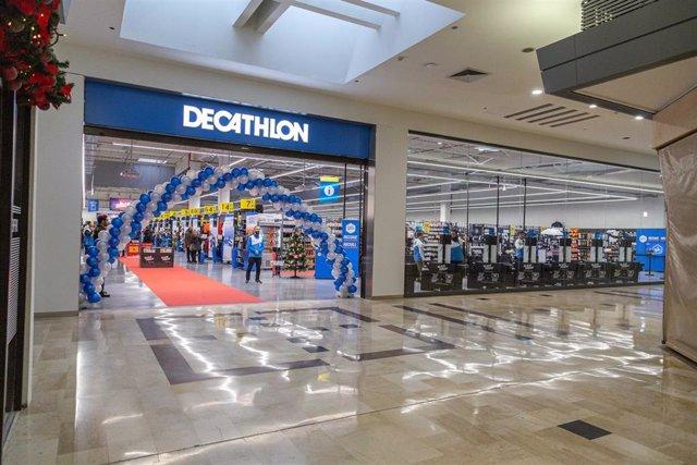 Tienda Decathlon de gran formato en Sant Cugat del Vallès (Barcelona) en el centro comercial Sant Cugat e inaugurada el 22 de noviembre de 2019