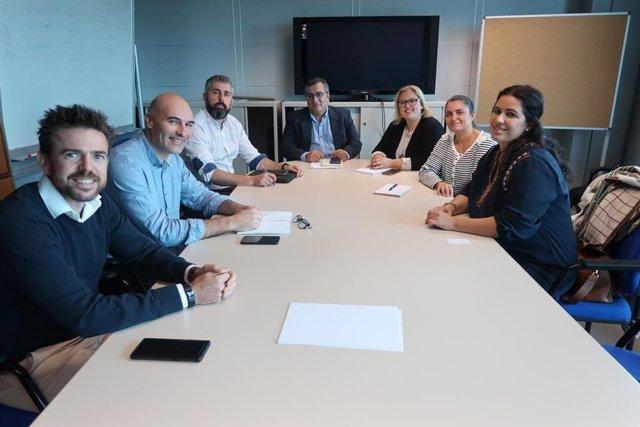 El director general de Planificación, Ordenación y Centros, Antoni Morante, con los representantes de la  Plataforma Maioris de Llucmajor.