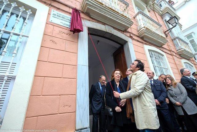 El alcalde de Cádiz descubre una placa homenaje a Pérez-Llorca en la casa dode nació