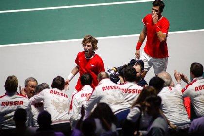 Rusia apea a la Serbia de Djokovic y se cita en semifinales de la Davis con Canadá