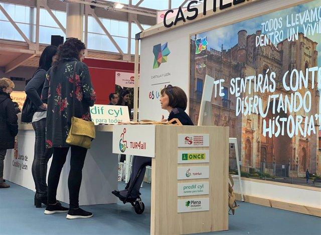 Pilar Cárdaba atiende en el expositor que Predif comparte con otras organizaciones en Intur.