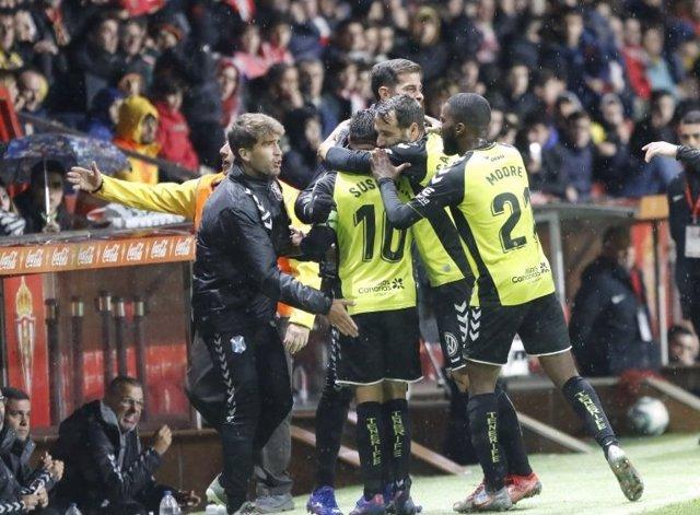 Los jugadores del CD Tenerife celebran un gol ante el Sporting