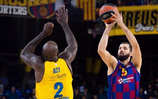 Acción entre Acy y Nikola Mirotic durante el Barça - Maccabi de la jornada 10 de la Euroliga
