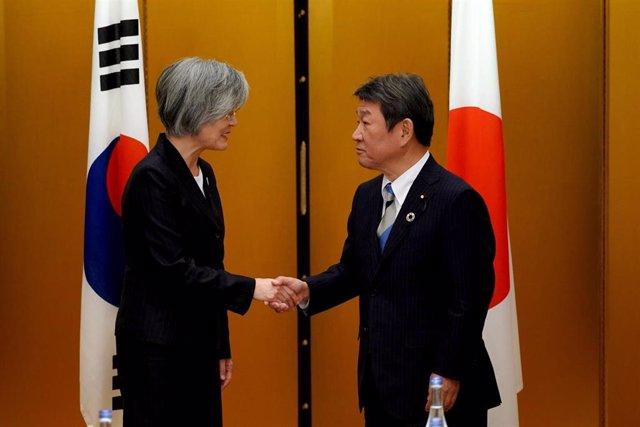 Los ministros de Exteriores de Corea del Sur, Kang Kyung Wha, y de Japón, Toshimitsu Motegi