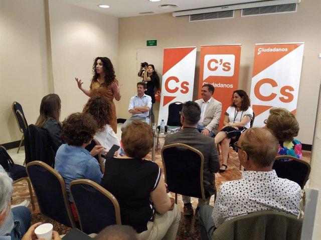 La consejera de Igualdad, Políticas Sociales y Conciliación, Rocío Ruiz, con los miembros del Grupo Municipal de Cs en el Ayuntamiento de Huelva