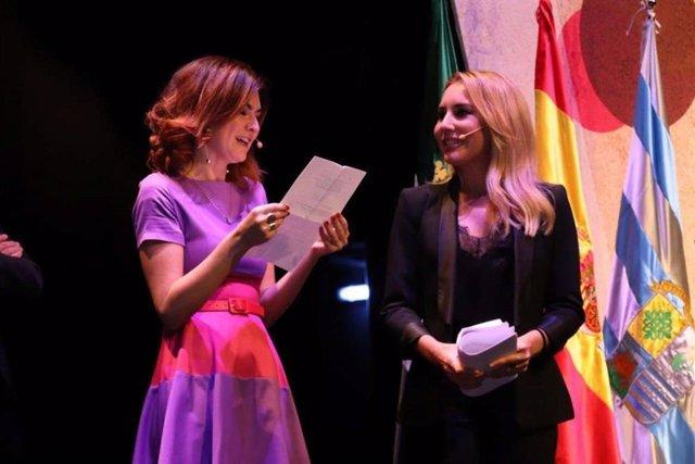 La presidenta del jurado de los Premios Felipe Trigo, Susana Martín, y la conductora de la gala, Berta Collado.