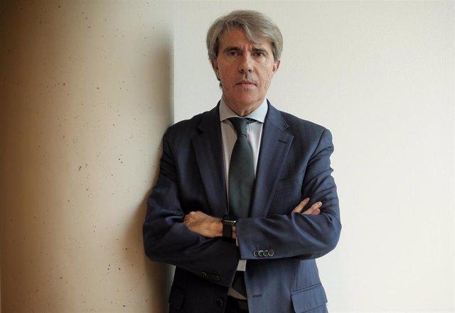 El consejero de Transportes de la Comunidad de Madrid, Ángel Garrido, posa tras una entrevista para Europa Press, en Madrid (España), a 21 de noviembre de 2019.