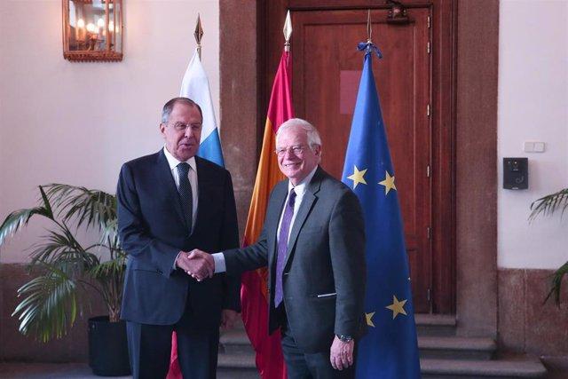 El ministro de Asuntos Exteriores, Unión Europea y Cooperación, Josep Borrell (D), se reúne en el palacio de Santa Cruz de Madrid con el ministro de Asuntos Exteriores de Rusia, Sergei Lavrov.